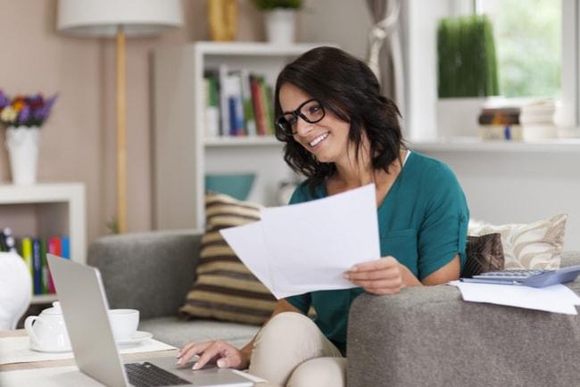 Kvinna tittar på kreditupplysning