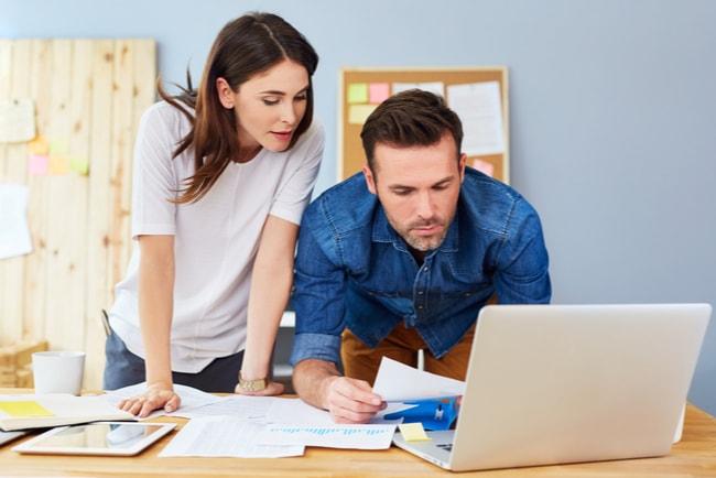 Ungt par undersöker lånemöjligheter