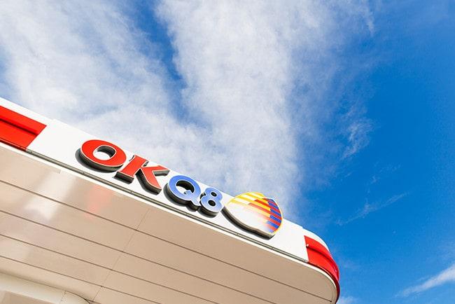 OKQ8 sett underifrån mot blå himmel och slöjmoln