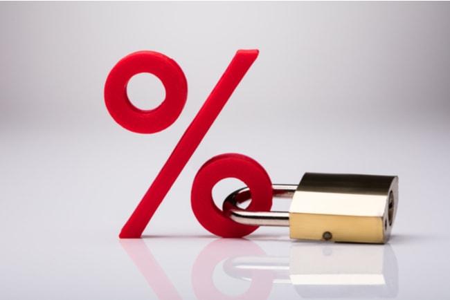 Ett rött procenttecken med ett hänglås som sitter fast i den nedre ringen på procenttecknet