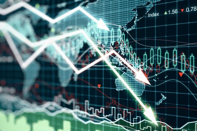 Affärsdiagram med pilar som visar på en nedåtgående trend.