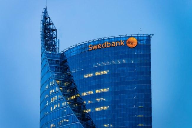 swedbanks logotyp på skyskrapa i Riga, Lettland