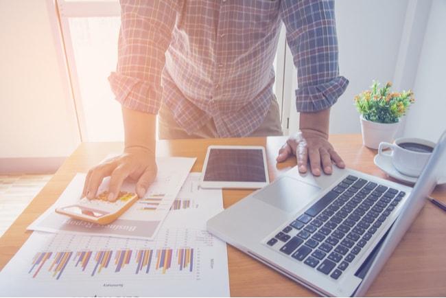 egenföretagare räknar på omsättningen vid ett skrivbord