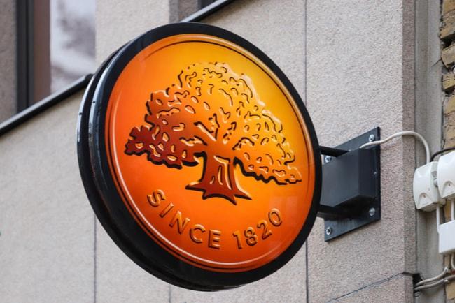 Swedbanks traditionella logga utanför ett bankkontor.
