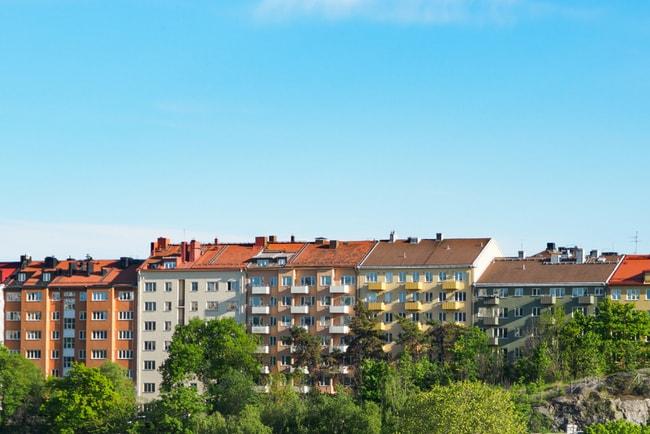 Vy över flerbostadshus i Stockholm en vacker sommardag.