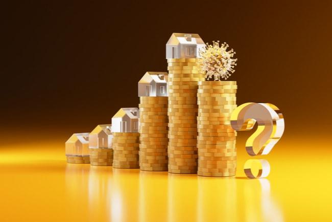 Guldfärgade myntstaplar med miniatyrhus på toppen växer och visar en ökande trend. Men minskar för att visa att bostadspriserna faller.