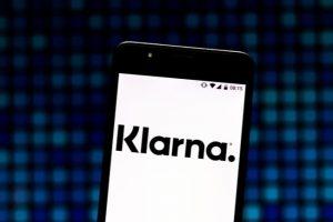 Telefonskärm som visar Klarnas logotyp