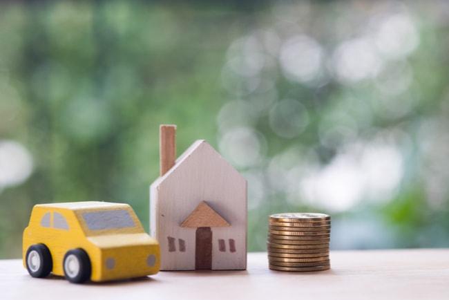 miniatyrbil, hus och mynstapel