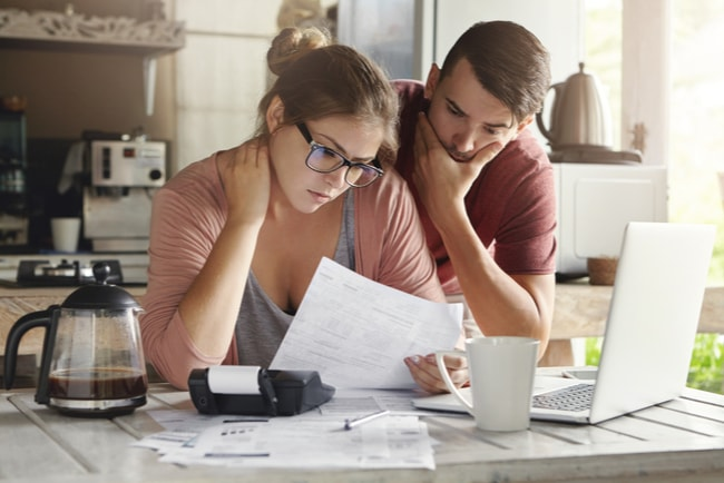 man och kvinna betalar räkningar
