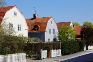 Villaområde med en gata med tre hus.
