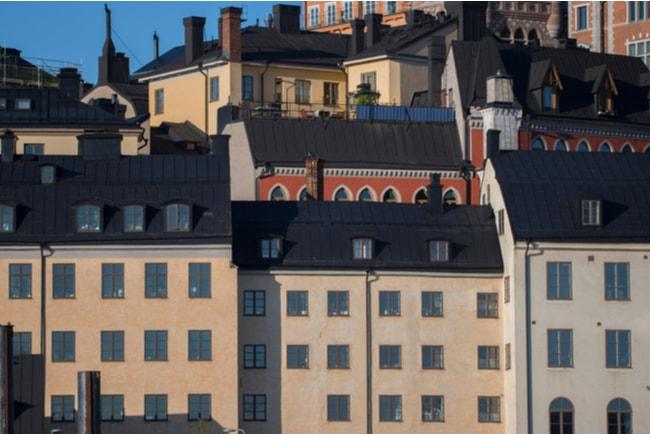 Solig morgonvy över flerbostadshus i centrala Stockholm