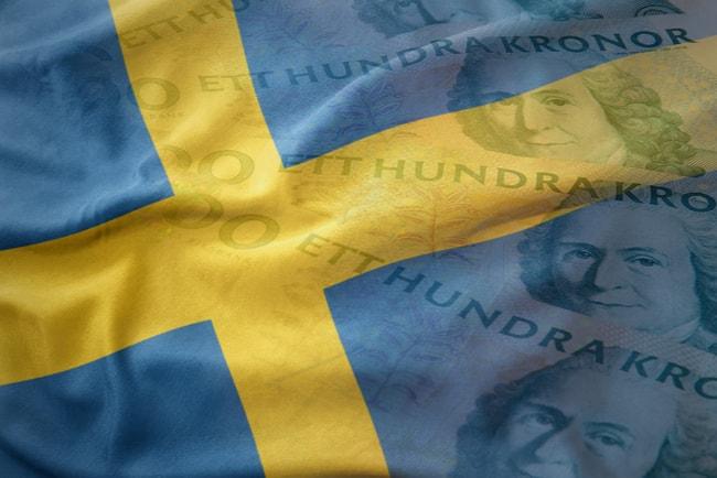 Svensk flagga med hundralappar på