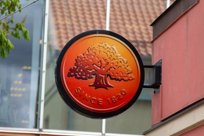 närbild på skylt med Swedbanks logotyp på hus