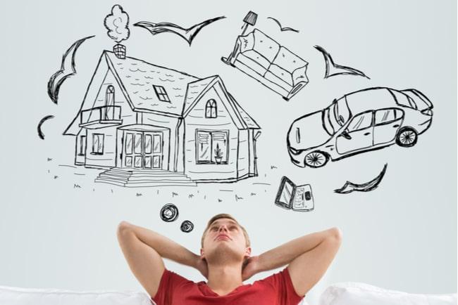 ung man med teckningar av hus, bil och soffa i en tankebubbla