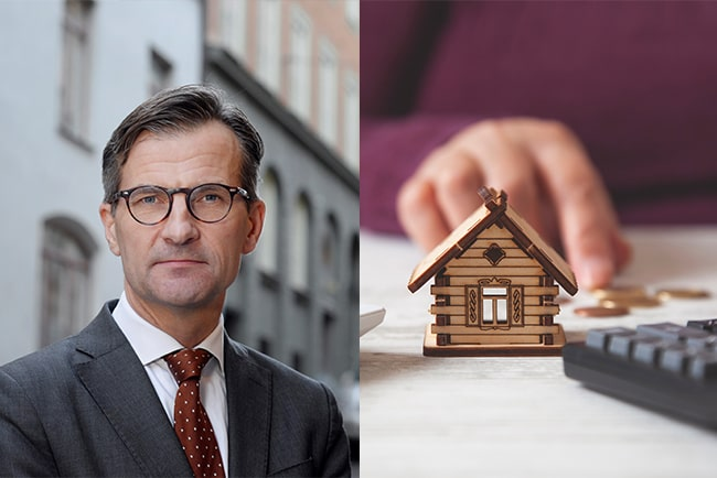 Kollage Finansinspektionens generaldirektör, Erik Thedéen och en hand som räknar mynt med en miniräknare och ett miniatyrhus framför.