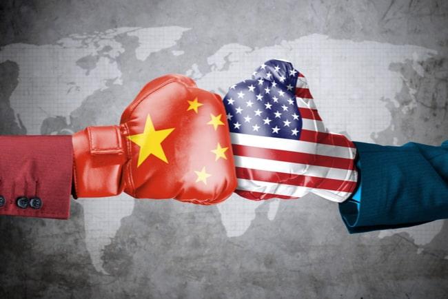 boxningshandskar med Kinas och USA:s flaggor på framför världskarta