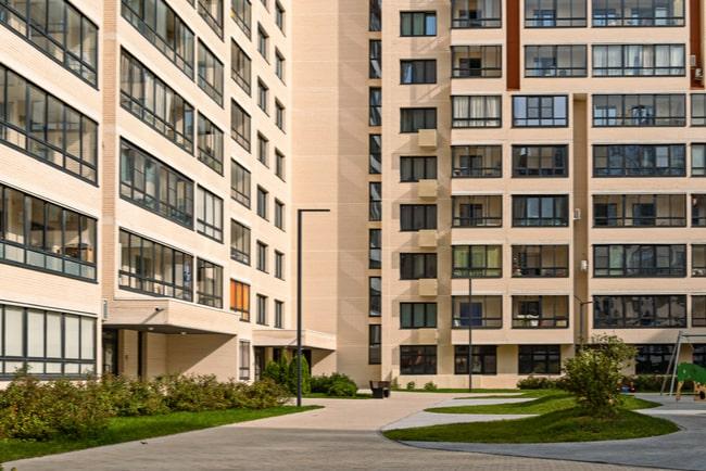 Innergård omringad av höga lägenhetshus.